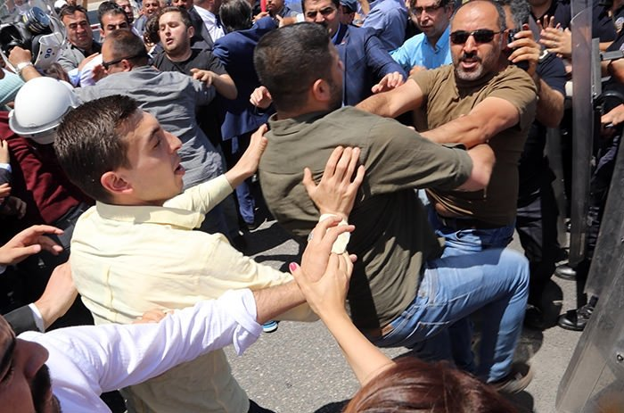 CHP'liler polisleri tekmeledi