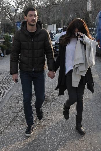 Utangaç aşıklar el ele yakalandı