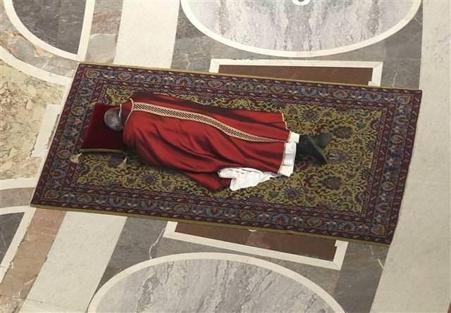 Papa Haç Yolu ayinini yönetti