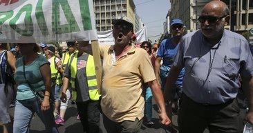 Yunanistan'da çöp grevi: Yüzlerce vatandaş meclise yürüdü