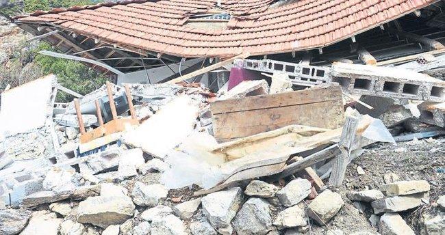 Heyelan 8 evi yıktı