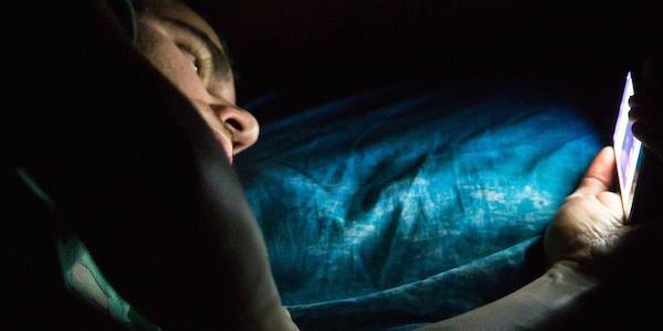 Karanlıkta telefon kullanmak geçici körlüğe mi sebep oluyor?
