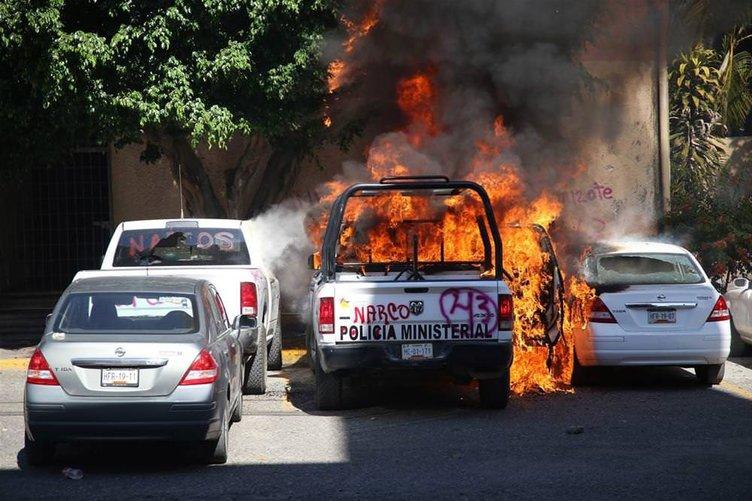 Polis araçlarını yaktılar