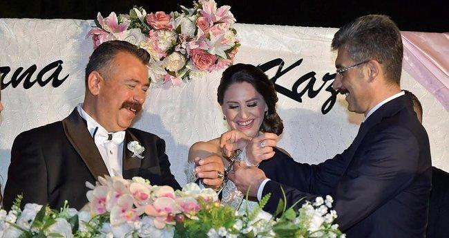 Evlenen cumhuriyet savcısına nikahta kelepçe