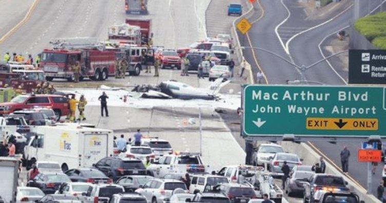 Küçük uçak otoyola düştü, 2 kişi yaralandı
