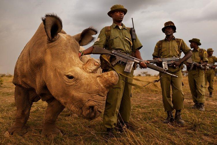 Silahlı korumayla geziyorlar