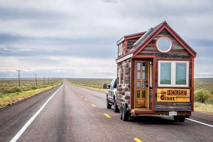 Gezgin aile karavanla dünyayı turluyor