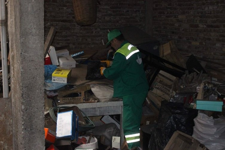 Çöp evin sahibi temizlik işçilerine 'para' saçtı
