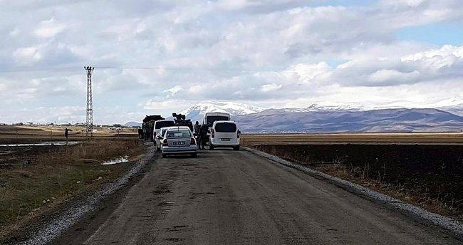 Teröristler, çamura saplanan bomba yüklü minibüsü patlattı