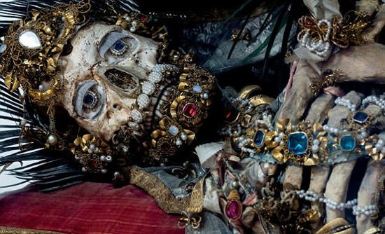 Mücevherlerle gömülen ceset