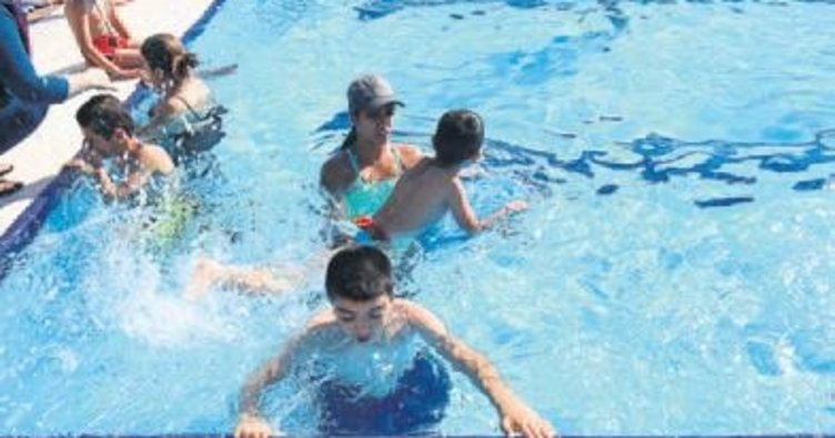 Engelleri yüzme kursunda aştılar