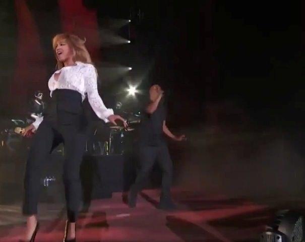Beyonce'un bir anda göğsü açıldı!