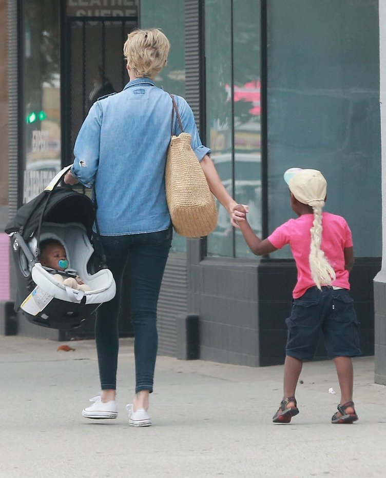 Charlize Theron çocukları ile gezintide