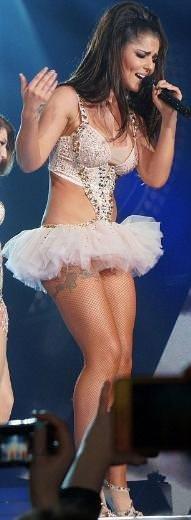 Cheryl Cole yeni gülleriyle sahnede...