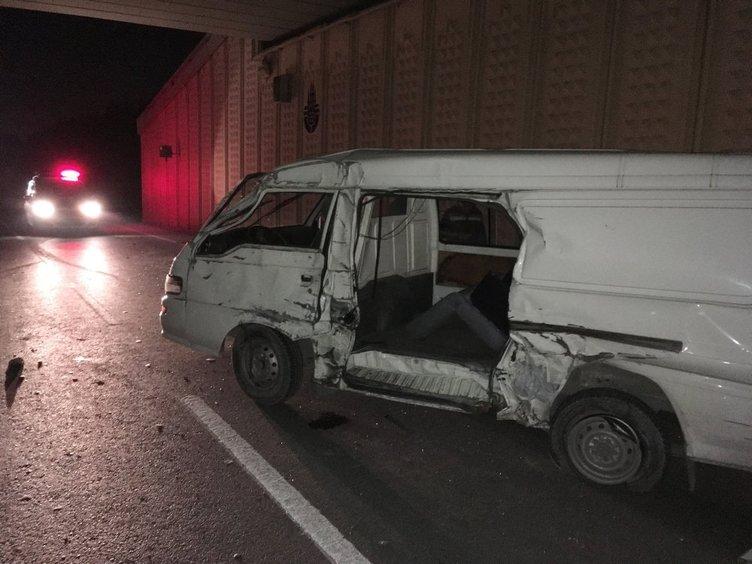 Küçükçekmece'de kamyonet alt geçide çarptı: 1 ölü, 3 yaralı