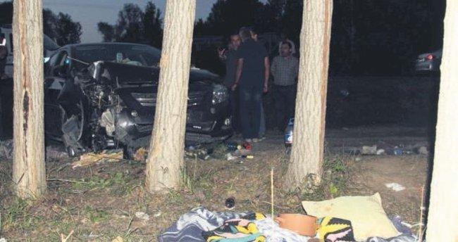 Piknik yapan aileye otomobil çarptı: 2 ölü