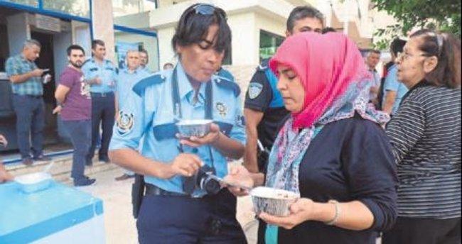 Anamur polisi aşure dağıttı