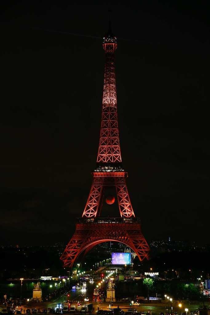 Eyfel Kulesi kırmızı beyaz!