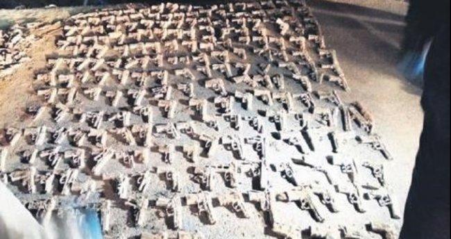 Toprağa gömülü yüzlerce silah bulundu