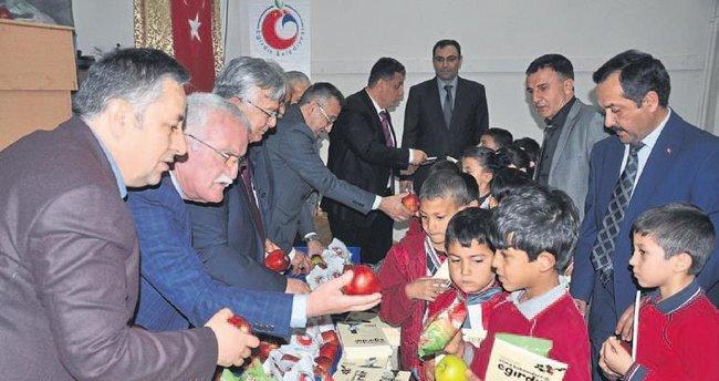 Öğrencilere elma dağıtıldı