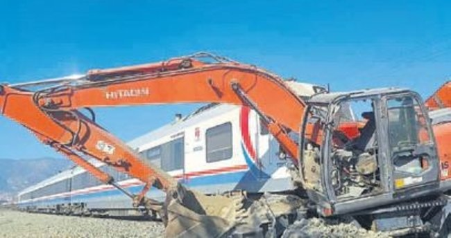 Tren iş makinesine çarptı: 9 yaralı