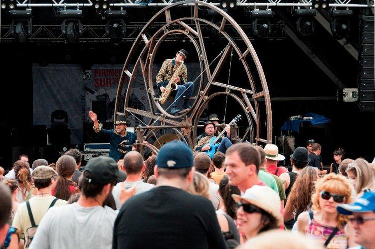 Dev tekerlek üstünde müzik