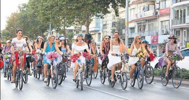 Süslü kadınlar pedal basacak