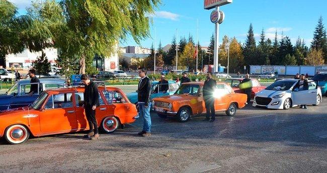 Klasik otomobil sürücülerinden Ata'ya saygı duruşu!