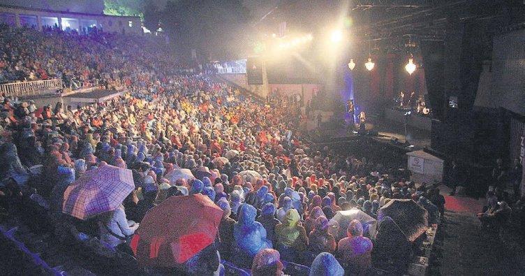 Açıkhava'da yağmur altında Şebnem Ferah konseri