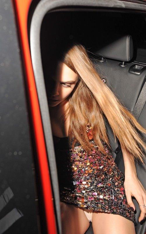 Cara Delevingne mini elbisesinin azizliğine uğradı