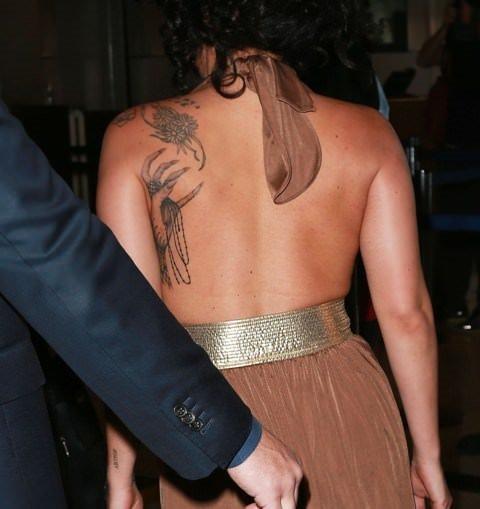 Lady Gaga burnunu karıştırırken yakalandı