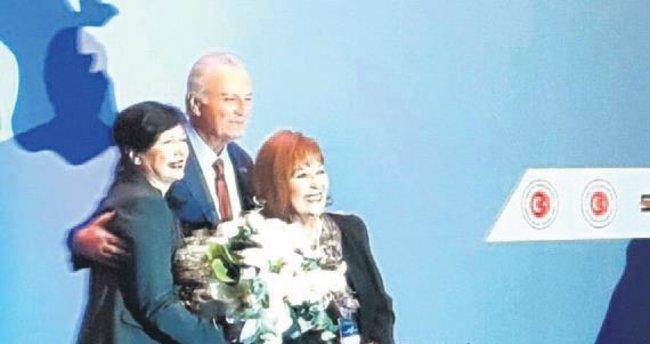 İki jöne 2016 yılının örnek sanatçı ödülü