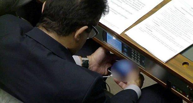 Parlamentoda porno izledi