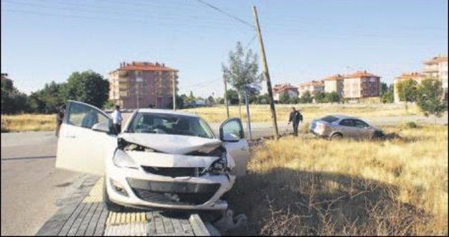 İki otomobil çarpıştı üç kişi yaralandı