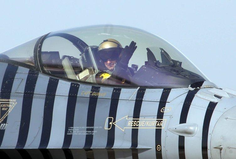 SoloTürk  şehitler için gösteri uçuşu yaptı