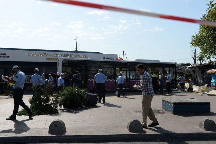 İstanbul'da belediye otobüsü durağa daldı