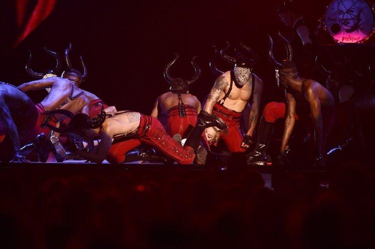 Madonna sahnede düştü