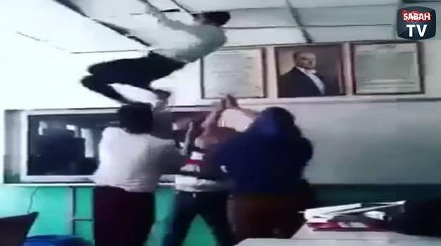 Sınıfın tavanını yıktılar
