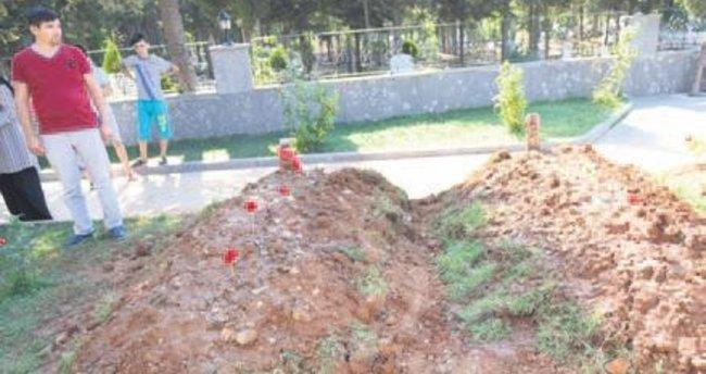 Karşılıklı ev alacaklardı mezarları yan yana oldu