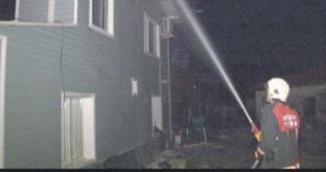 Lokantanın çatı katı küle döndü