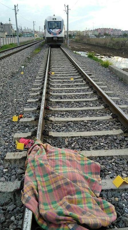 Trenin altına atlayarak intihar etti!
