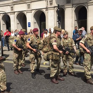 İngiltere`de askerler sokağa indi