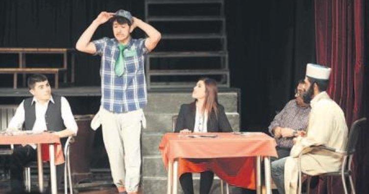 Belediye personeli 'Komşu Köyün Delisi' ile tiyatro sahnesinde
