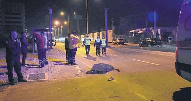 Caddede yatan adama araç çarptı