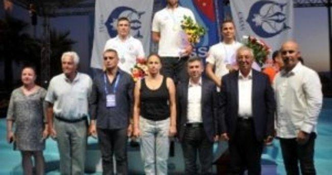 Rus şampiyon ödülünü ağlayarak aldı, Türkçe konuştu!