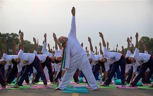 Hindistan Başbakanı 35 bin kişiyle yoga yaptı