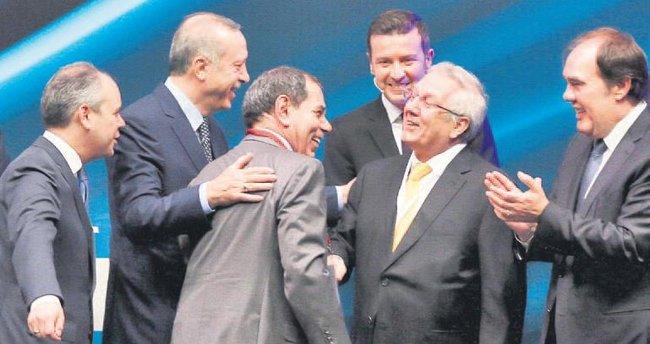 Cumhurbaşkanı istedi iki başkan kucaklaştı