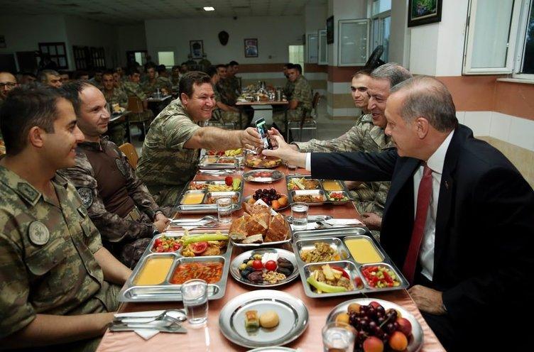 Erdoğan askerle iftar yaptı