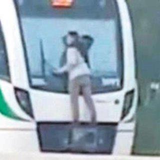 Hızlı trene asılarak gitti
