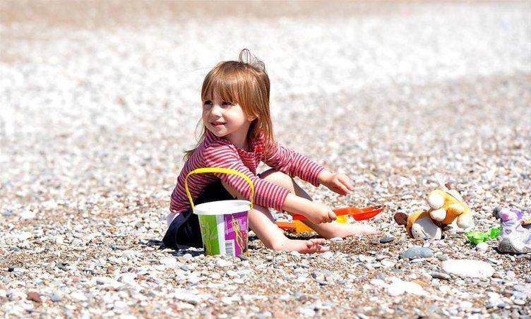 Antalya'da sahiller, yaz mevsimini aratmıyor